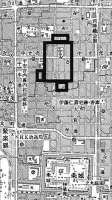 17世紀初めの「京都図屏風」に描かれた聚楽第内郭の堀跡を附近の現況に重ねた。現在の通りとの位置関係は森島康雄氏の復元案に従った。〈出典元 京都市情報館