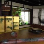 祇園祭の宵山で旧家が秘蔵の美術品を展示するのは、なんと呼ばれるか?