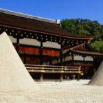 上賀茂神社で行われる所作がユニークな神事は?